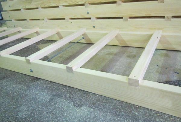 Изготовить и установить лестницу можно своими руками, главное — заранее продумать дизайн конструкции, подготовить инструменты и материалы для работы