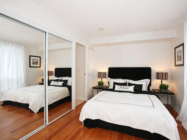 Зрительно увеличить пространство комнаты помогут зеркальные поверхности, установленные на одной из стен спальни