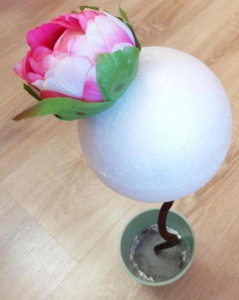 Из пластиковых мячиков получится отличная основа для будущего дерева