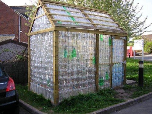 Для сооружения небольшой теплицы из пластиковых бутылок своими руками понадобится около 1000 шт