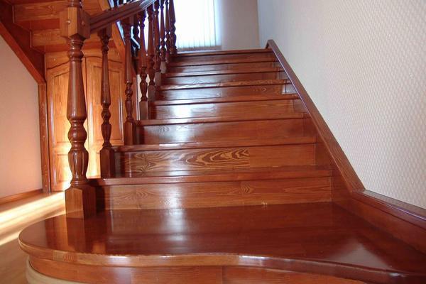 Лестницу для дома из дерева можно покрыть лаком, вырезать узоры или произвести художественное выжигание