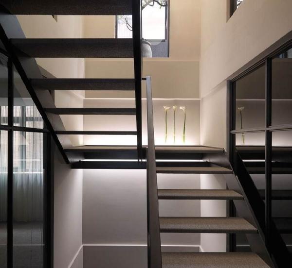 Хорошим вариантом для подъема на крышу может стать металлическая лестница