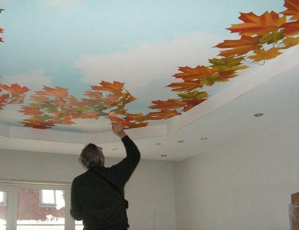 Для нанесения объемного рисунка на потолок необходимо тщательно подготовить рабочую поверхность