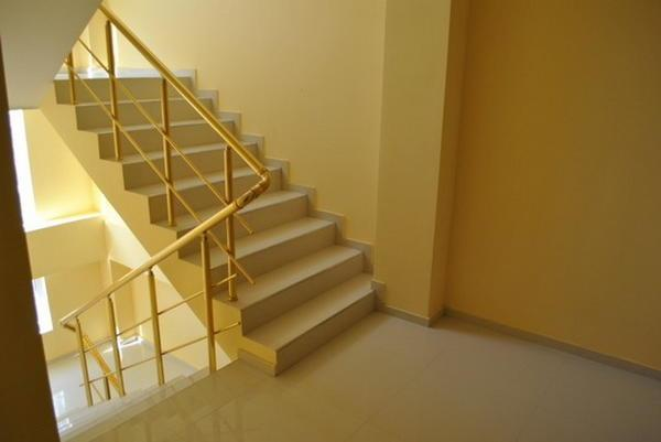 Лестницу в подъезде можно обустроить таким образом, что она будет радовать всех жильцов дома
