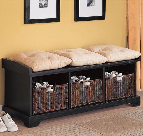 На мини-диване можно не только сидеть, но и складывать бытовые предметы в специальные отверстия, если таковые имеются