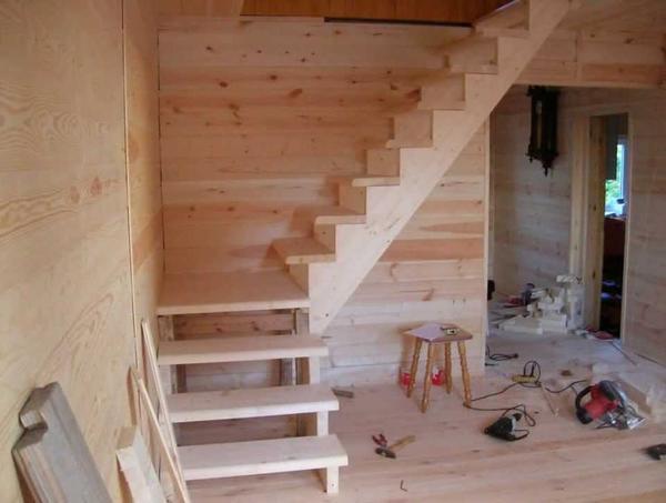 Смастерить лестницу на второй этаж можно своими руками, если предварительно составить проект конструкции