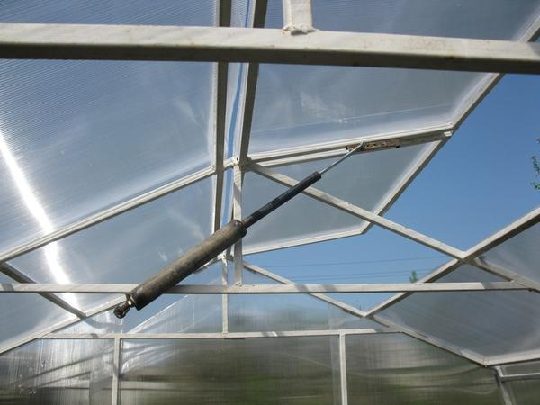 Самооткрывающиеся форточки в теплице должны устанавливаться под крышей парника