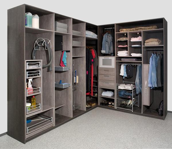 В гардеробных можно хранить не только одежду и обувь, но и складывать ненужные предметы