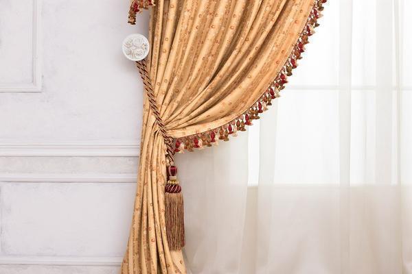 При выборе штор с бахромой следует учитывать дизайн интерьера
