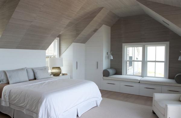 Большое мансардное окно поможет зрительно увеличить пространство спальни