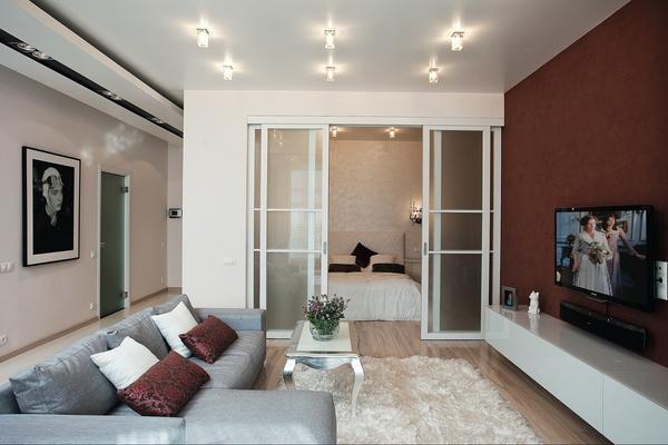 Для зон гостиной и спальни необходимо делать раздельное освещение