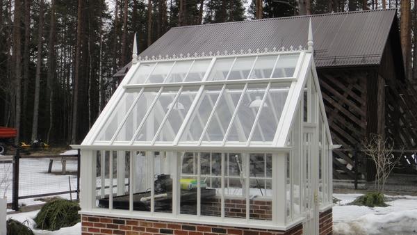 Крыша для теплицы из стекла хороша тем, что всем растениям достанется много солнечного света, тем самым они намного быстрее созревают