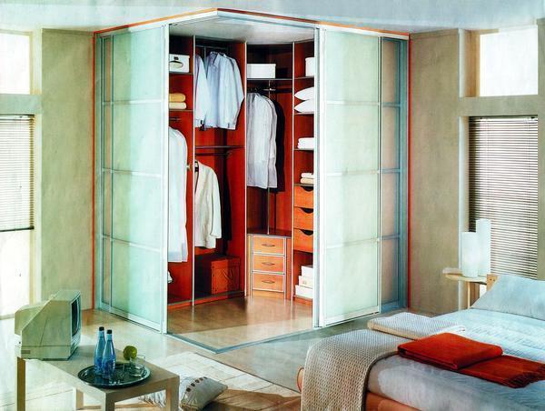 Угловую гардеробную лучше всего размещать в противоположном углу от двери
