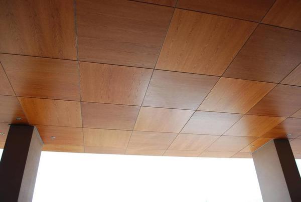 Шпонированные панели — наиболее удачный материал для отделки потолочного покрытия, так как он отличается особой прочностью и долговечностью