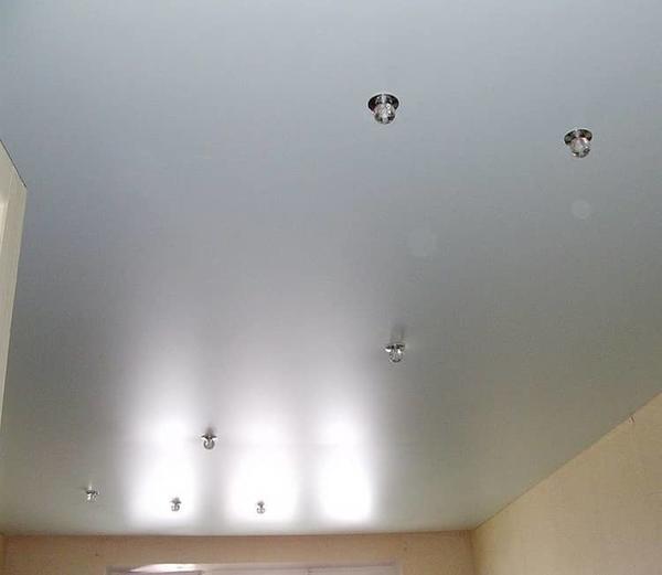 Практичный и красивый сатиновый натяжной потолок будет выглядеть уместно в любом помещении