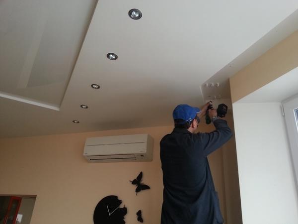 Монтаж потолочного карниза в скрытой нише требует значительных усилий, но тем не менее, методика данного монтажа очень распространена