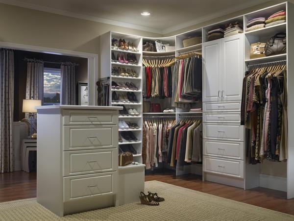 Угловая гардеробная является не только практичным предметом мебели, но и элементом декора, улучшающим внешний вид комнаты
