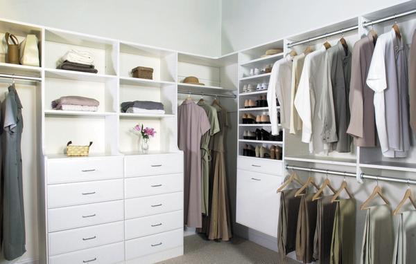 Среди преимуществ угловых гардеробных следует отметить хорошие эстетические качества и вместительность