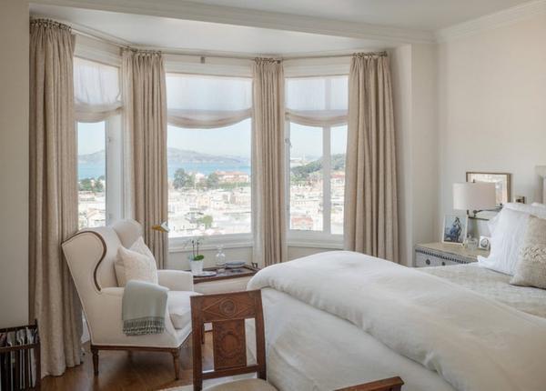 Необычно и красиво будут смотреться в интерьере спальной комнаты шторы цвета капучино