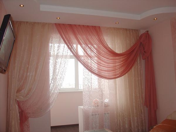Вуалевые шторы выглядят легко и смягчают попадающий от окна свет