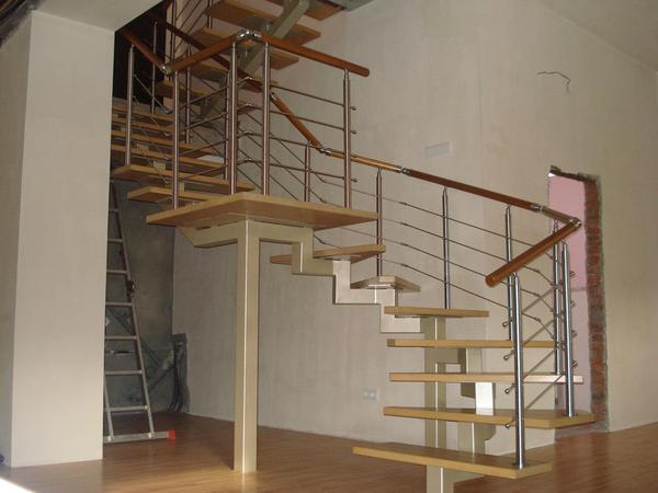 Перед монтажом каркаса лестницы его нужно покрасить