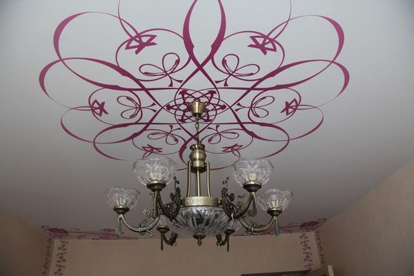 Очень часто для декора потолка на его поверхность наносят фотопечать, которая может отличаться по форме и цвету