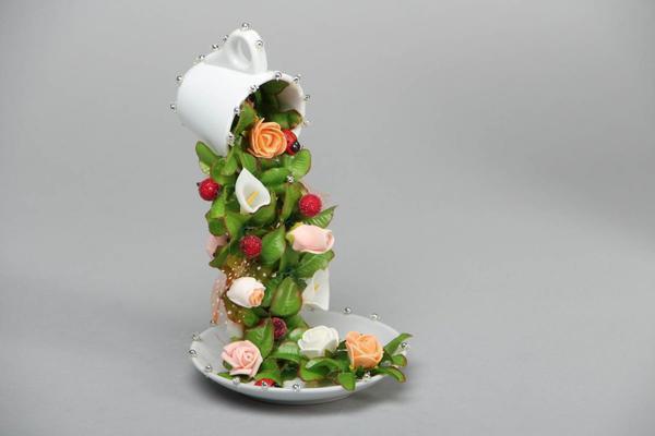 """Топиарий """"Летающая чашка"""" - это уникальная и стильная вещица, которая отлично украсит ваше рабочее место"""