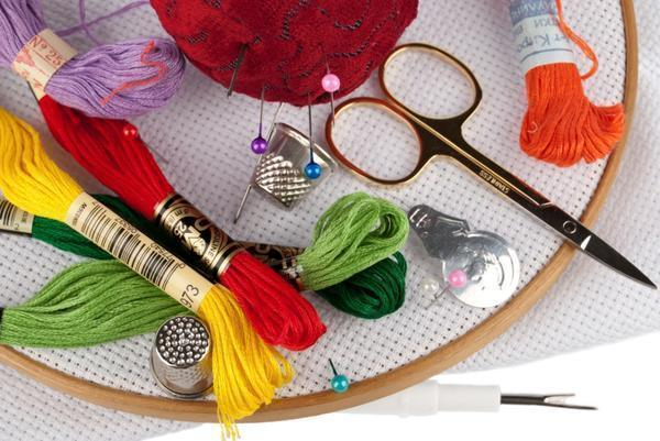 Необходимые инструменты и принадлежности для вышивания можно легко найти в специализированных магазинах для рукоделия