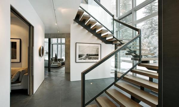Достаточно необычно и оригинально будет смотреться лестница, которая установлена возле панорамного окна