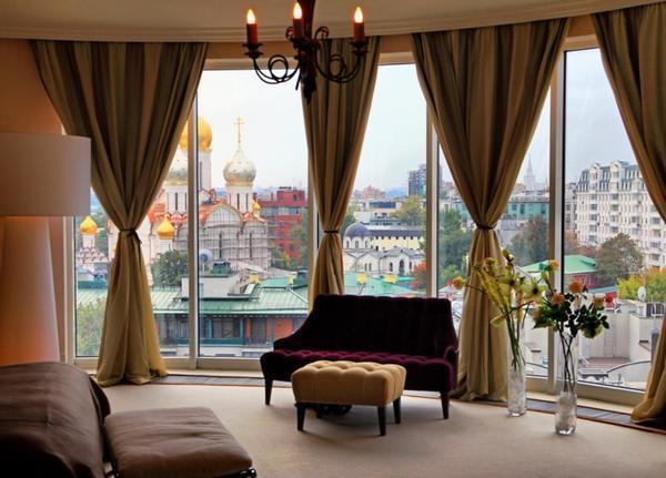 Оформлению панорамного окна следует уделить максимум внимания, подбирая только качественные и плотные шторы