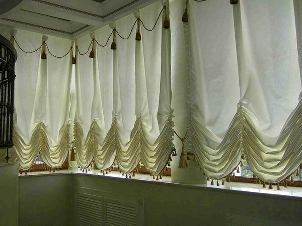 Длинные лоджии дают возможность оригинального оформления окна
