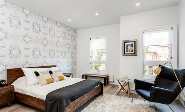 Мебель в спальню лучше подбирать по цвету стен и интерьеру всей комнаты