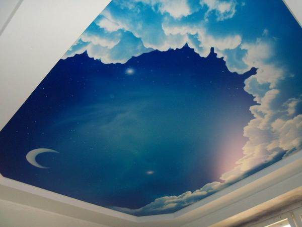 Тематика рисунка может быть абсолютно любой, однако, лучше всего смотрятся потолки с изображением ясного или, наоборот, звездного неба