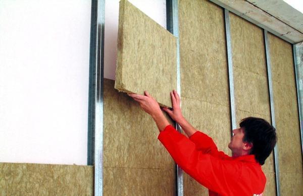 Перед тем как делать шумоизоляцию стен из гипсокартона, сперва необходимо смонтировать каркас конструкции