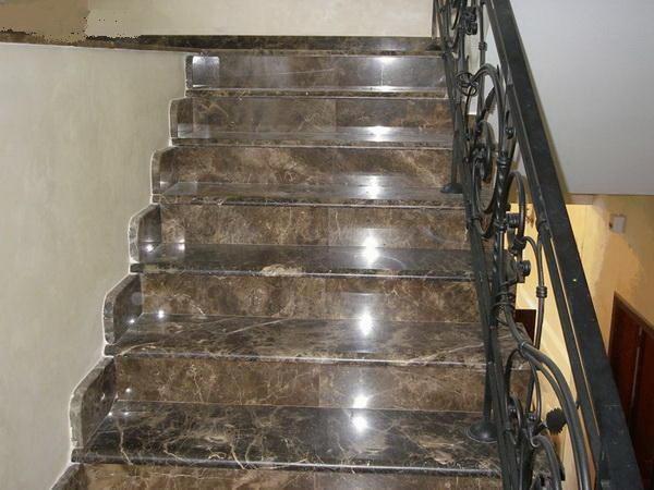Ступени из керамогранита отлично подойдут для лестницы как в стиле модерн, так и в классическом