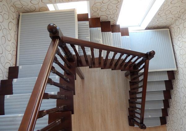 Специальная площадка на п-образной лестнице делает ее более практичной и функциональной