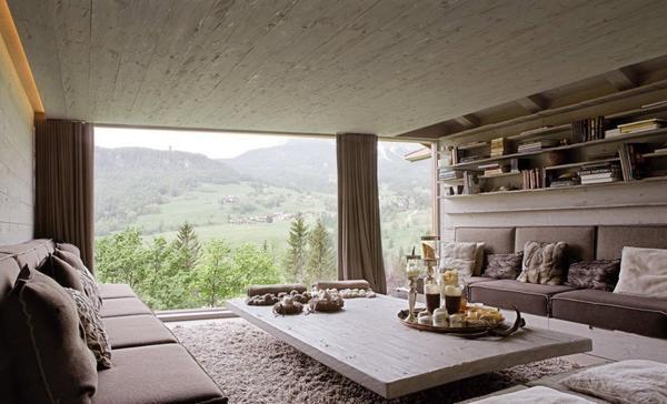 Обустраивая большое окно в гостевой комнате, необходимо помнить о том, что оно должно быть надежным и прочным