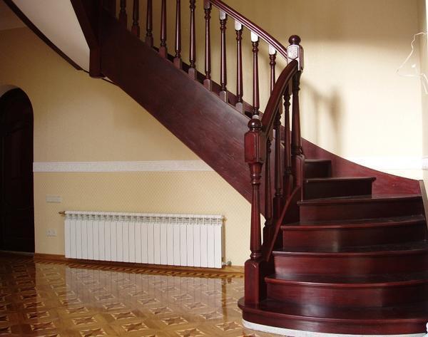 Устанавливая лестницу, обязательно нужно продумать не только ее внешний вид, но и ширину ступеней