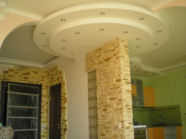 Потолок, оформленный с помощью гипсокартона, хорошо смотрится в сочетании с точечными светильниками