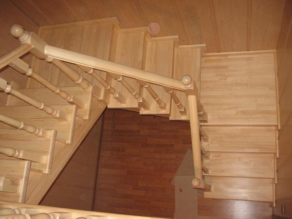 Чтобы лестница гармонично вписывалась в интерьер, она должна быть выполнена в том же стиле, что и помещение