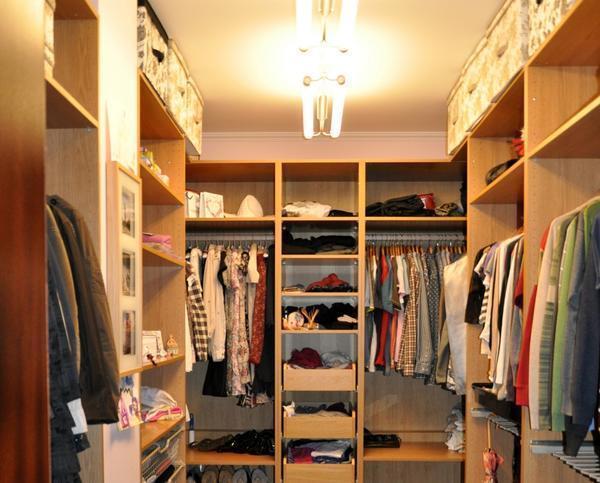 Осветительные приборы в маленькой гардеробной лучше размещать по центру потолка