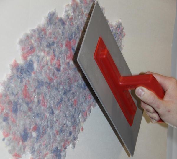 Стоит заметить, что при приготовлении смеси и последующем нанесении ее на поверхность стен, жидкие обои не имеют совершенно никаких посторонних запахов