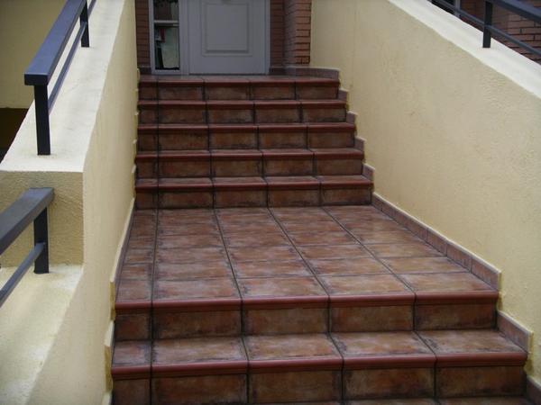 Украсить лестницу в загородном доме помогут красивые и изысканные ступени из керамогранита