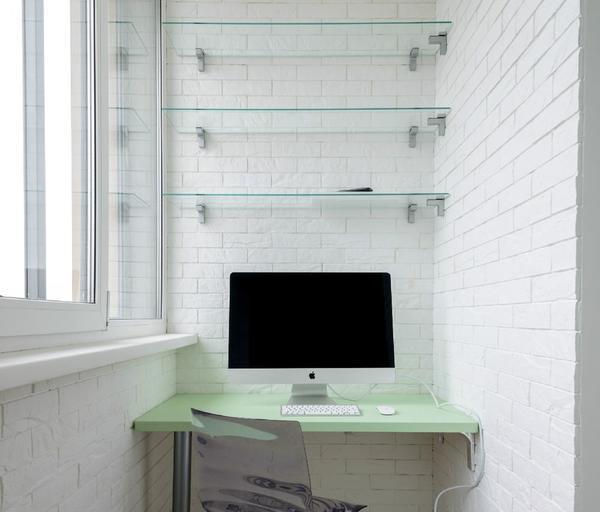 Выбирать полки следует, исходя из дизайна и размеров балкона