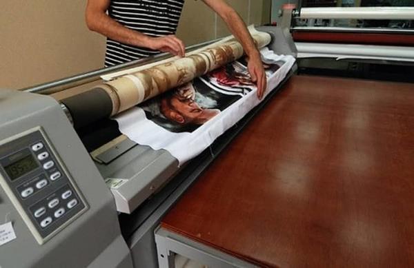 С помощью широкоформатной печати на натяжное полотно наносится рисунок