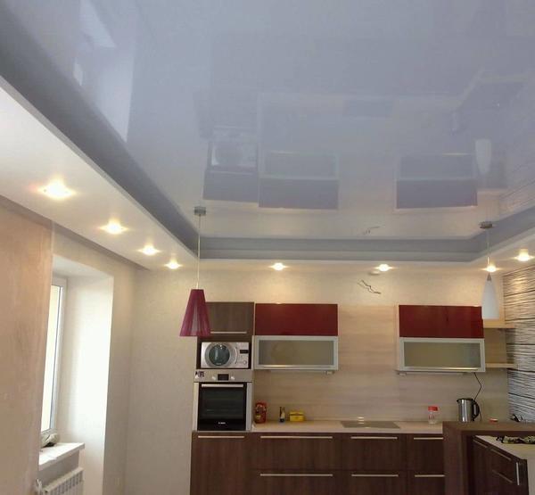 Любителям зеркального эффекта глянцевый натяжной потолок придется по душе
