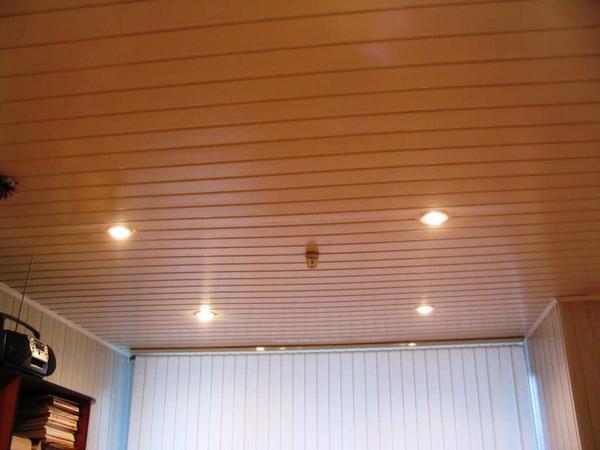 Обшивка потолка деревянной рейкой — дешевый, практичный и экологичный метод отделки потолка
