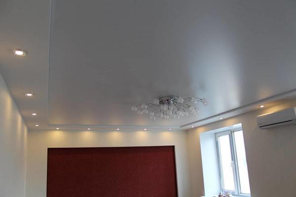 Главным отличием сатинового натяжного потолка от глянцевого является внешний вид