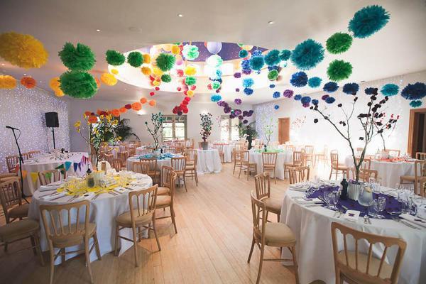 Для оформления свадебного зала отлично подойдут бумажные помпоны