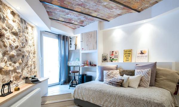Дополнительную уютную атмосферу создает наличие подушек, мягких покрывал и яркого декора